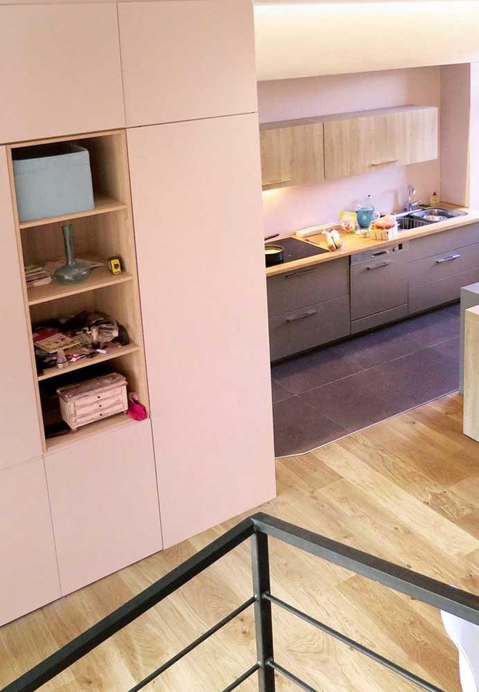 Os tons de rosa claro podem combinar muito bem com pisos e móveis de madeira.