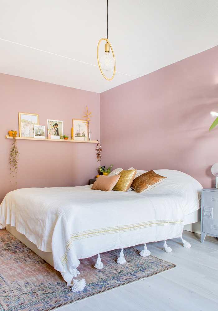 O tom de rosa na parede do quarto deixa o ambiente mais tranquilo e suave.