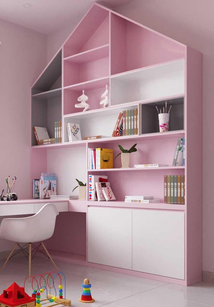Que tal fazer um escritório usando os tons de rosa? Destaque para a cadeira de escritório rosa.