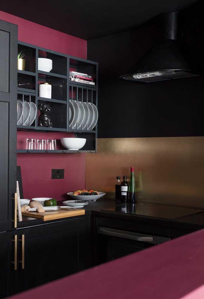 O que acha de fazer uma combinação com o tom de rosa escuro e a cor preta? O resultado é um ambiente moderno e sofisticado.