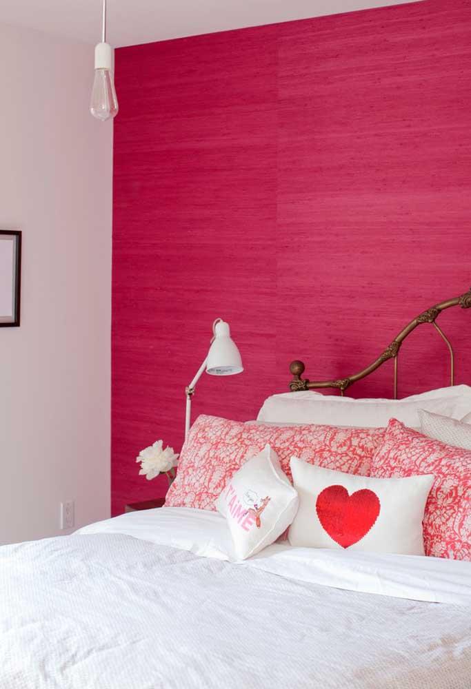 Você quer investir em cores mais fortes na hora de decorar o quarto? Use tons de rosa escuro em apenas uma parede.