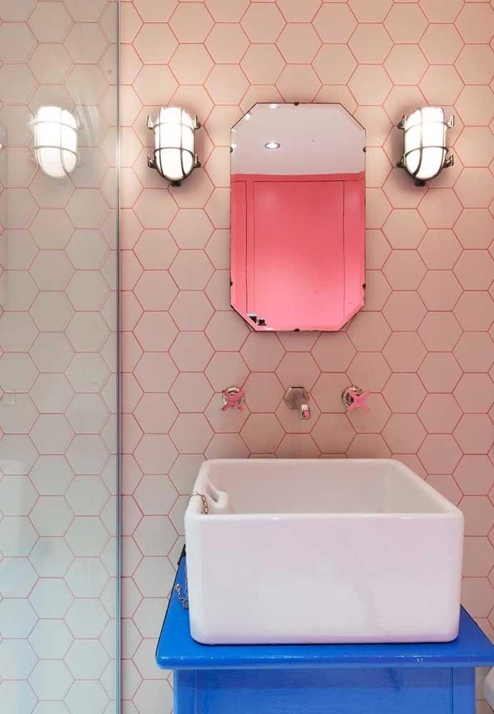 Acompanhe apenas o reflexo do tom rosa usado no banheiro.