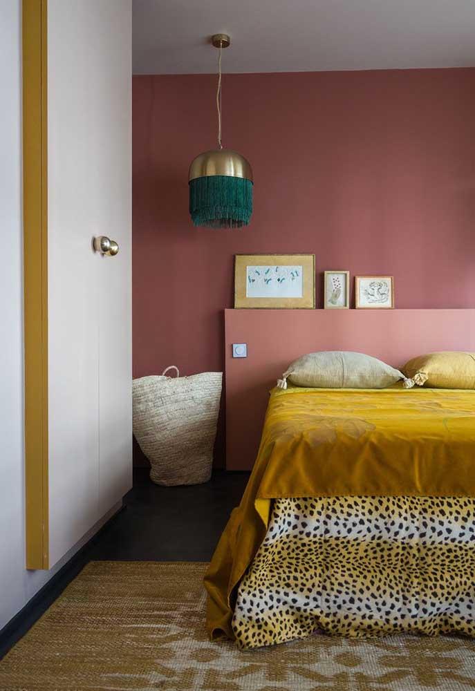 Na hora de decorar um ambiente com tons de rosa, procure fazer combinações com outros tons como o dourado, por exemplo.