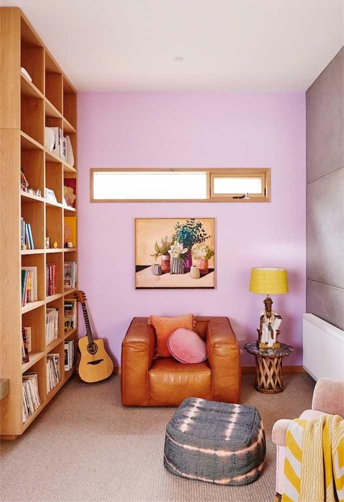 Se você deseja seguir um estilo mais rústico, mas sem perder a suavidade, aposte em móveis de madeira e alguns detalhes nos tons de rosa.