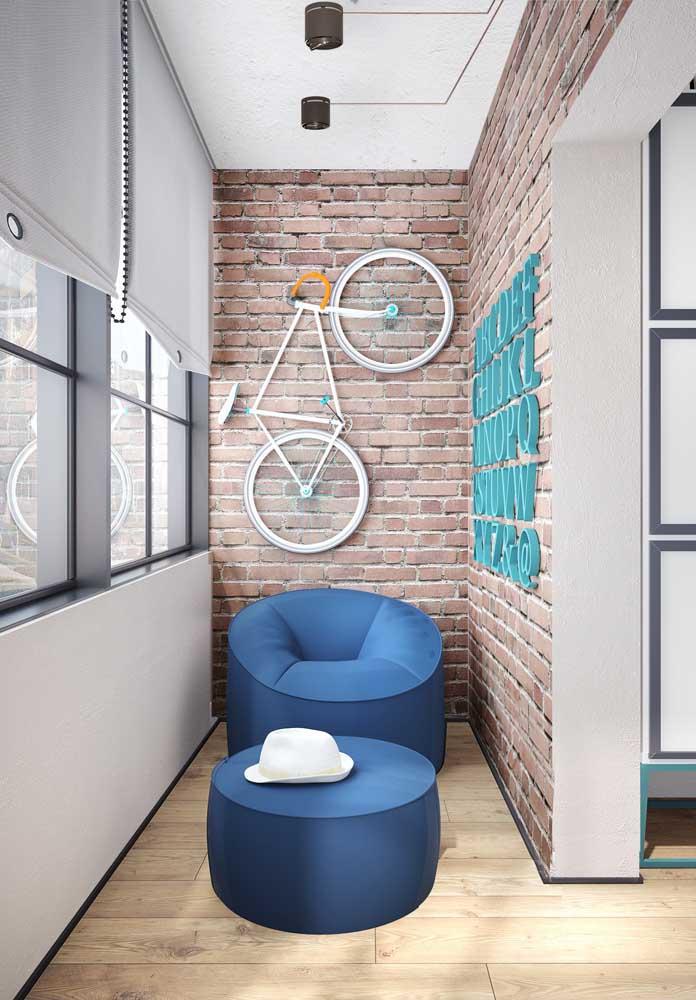 A varanda desse apartamento ganhou um efeito moderno e descolado com o uso do papel de parede de tijolinho