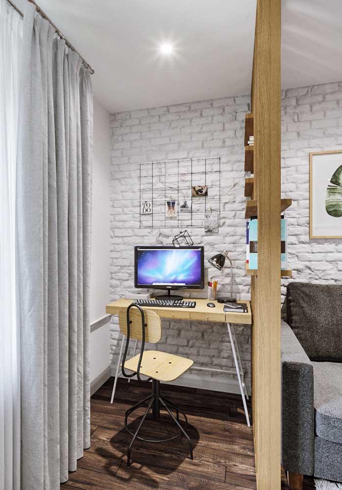 Entre o home office e a sala, a mesma parede de tijolinhos à vista