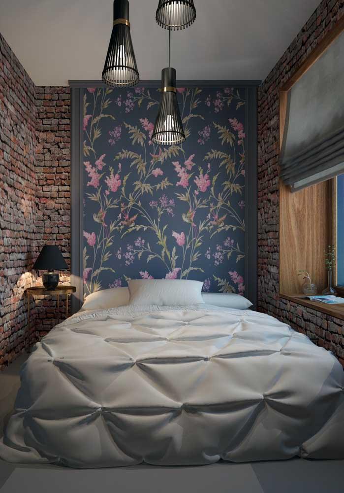 Nesse quarto de casal, o papel de parede de tijolinhos recobre todo o ambiente, só é interrompido pelo painel de flores na cabeceira da cama