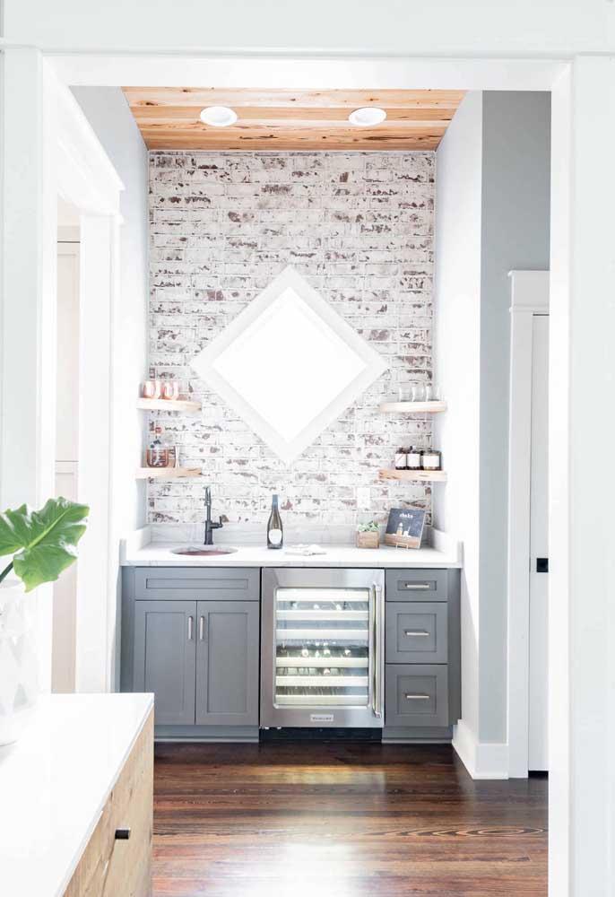 O banheiro ganhou ares românticos e provençais com a parede de tijolinhos em pátina