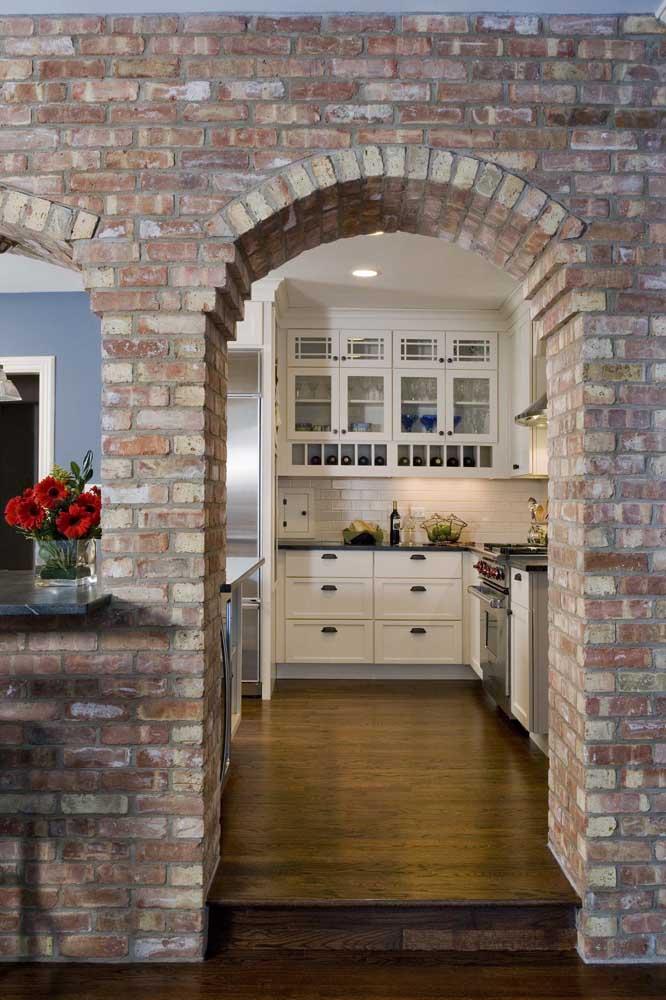 O arco feito com tijolinhos à vista garante a essa casa um visual antigo, de outras épocas, além, é claro, de ser muito acolhedor