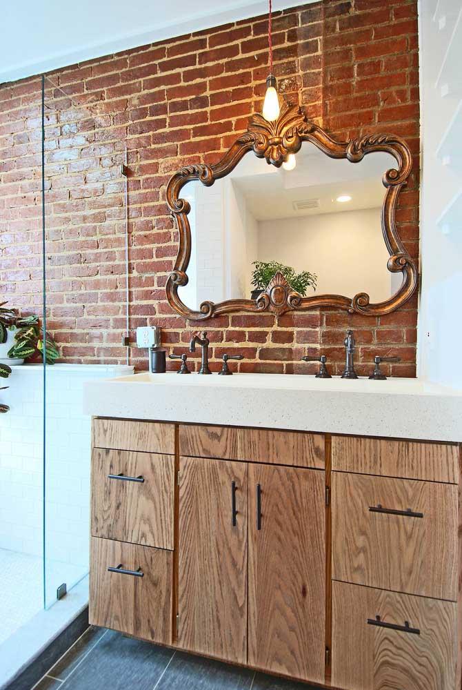 Nesse banheiro, o tijolinho à vista completa a decoração de estilo clássico e rebuscado