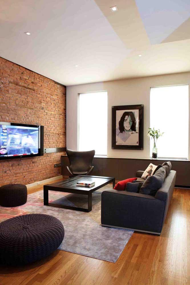 O modo mais popular de inserir os tijolinhos à vista na decoração é usando-os na parede da TV