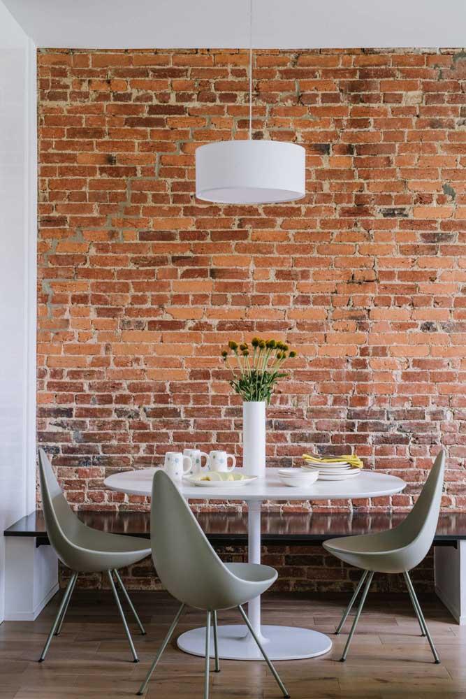 Os tijolos de demolição trazem um visual rústico e irregular perfeito para propostas modernas