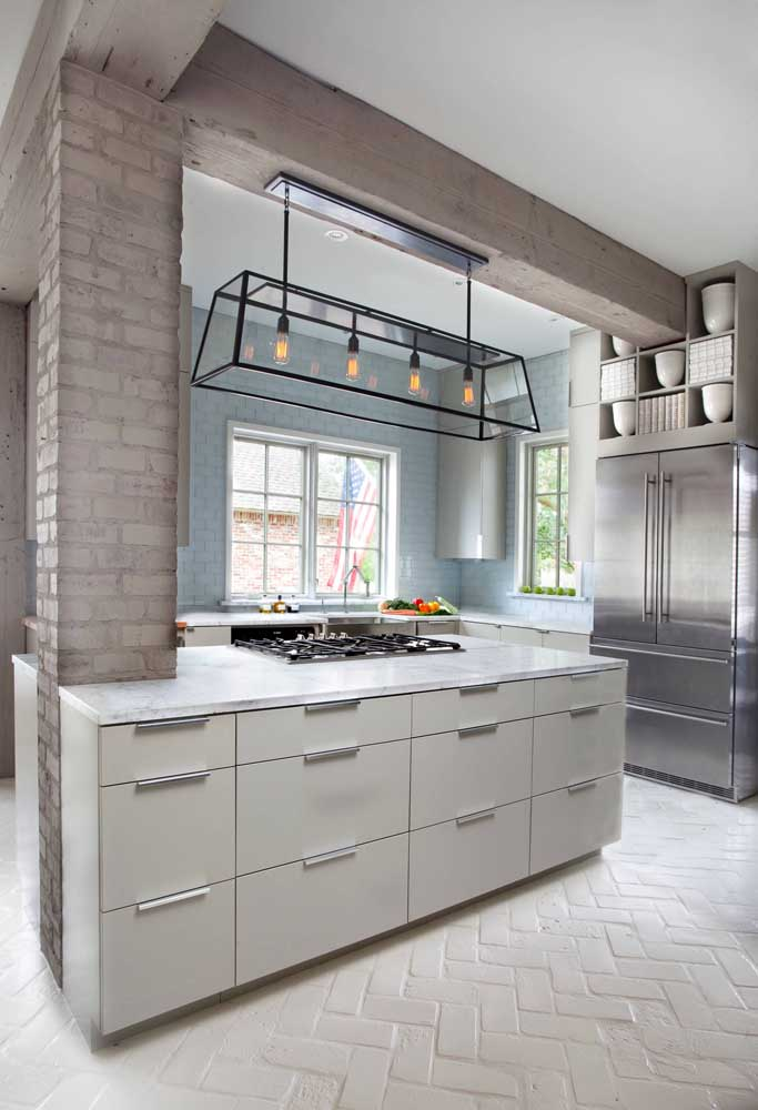 Nessa cozinha de estilo industrial, os tijolos à vista ganharam tom de cinza para acompanhar a paleta de cores do ambiente