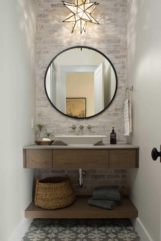 O banheiro neutro e claro ganhou uma parede de tijolinhos em pátina, trazendo um leve toque rústico ao ambiente