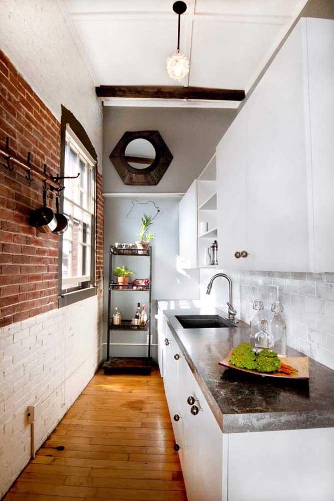 Meio a meio: nessa cozinha corredor, apenas o centro da parede foi deixada na cor natural dos tijolinhos, o restante foi pintado de branco