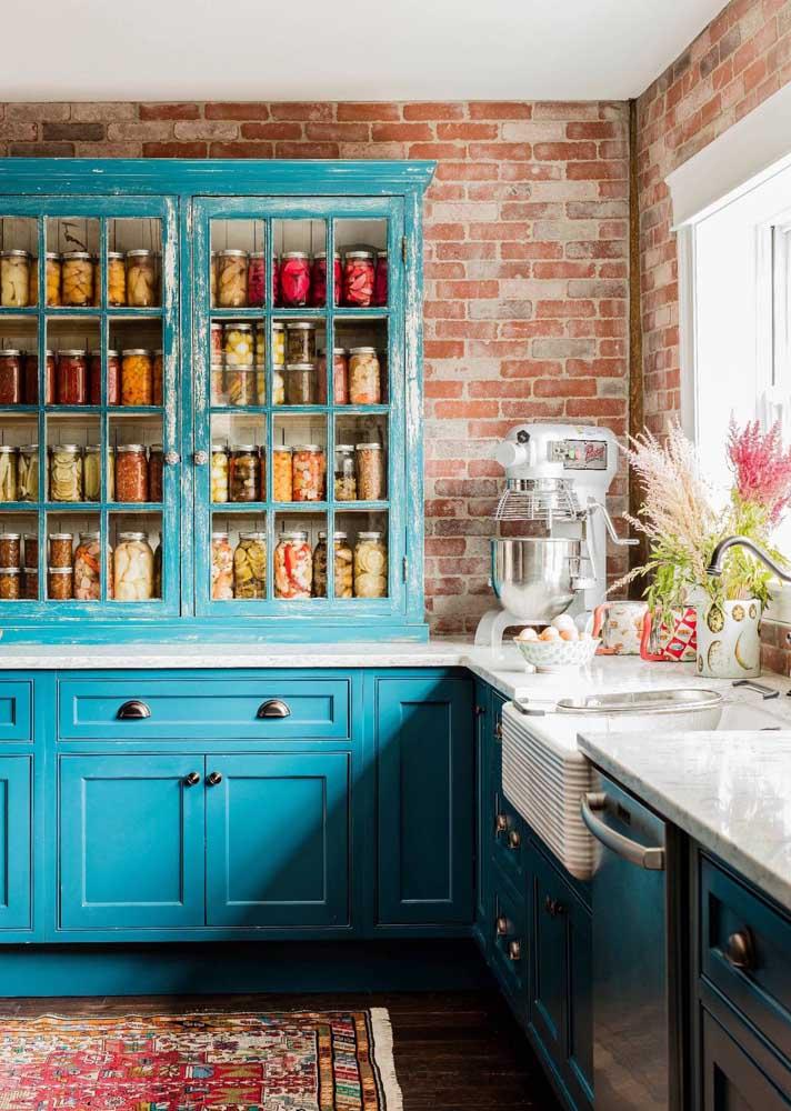 Duas tonalidades que combinam muito bem: o avermelhado do tijolinho com o azul turquesa dos armários