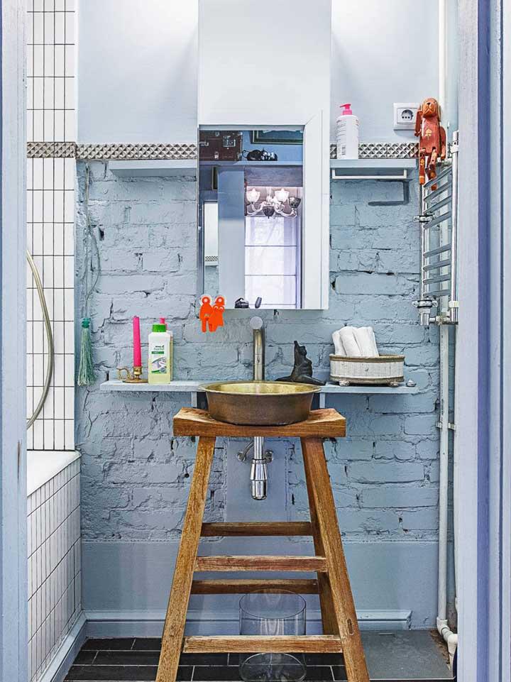 Nesse banheiro, não foi apenas os tijolinhos que foram deixados à vista, a tubulação de água também