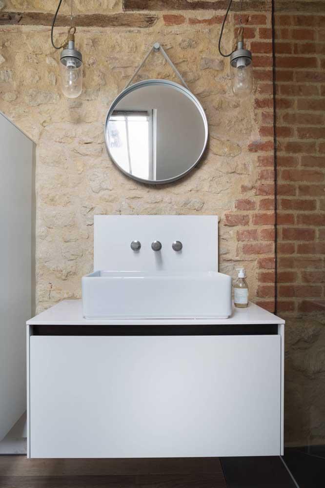 Dois tipos de tijolinhos entram nessa proposta de banheiro: o primeiro, original da própria casa, foi revelado por baixo do reboco, o segundo, por sua vez, foi colocado por cima