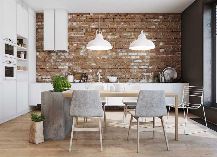 Uma forma criativa e moderna de contrastar o branco é optando pela parede de tijolinhos à vista na cor natural