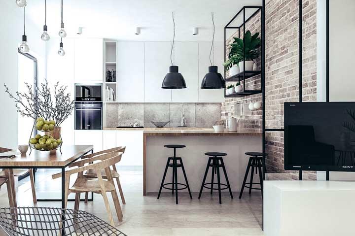Cozinha clean de influência industrial com parede de tijolinhos à vista