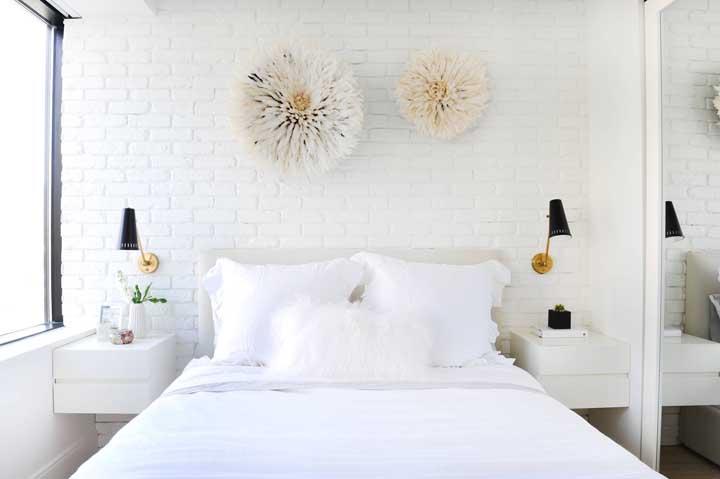 Quarto de casal pequeno, simples, mas com um diferencial incrível que é a parede de tijolinhos à vista pintados de branco