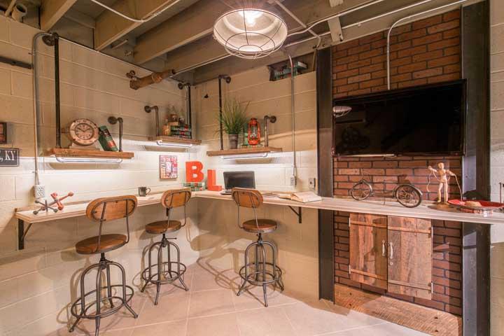 Essa cozinha cheia de personalidade traz tijolinhos à vista de concreto e de barro