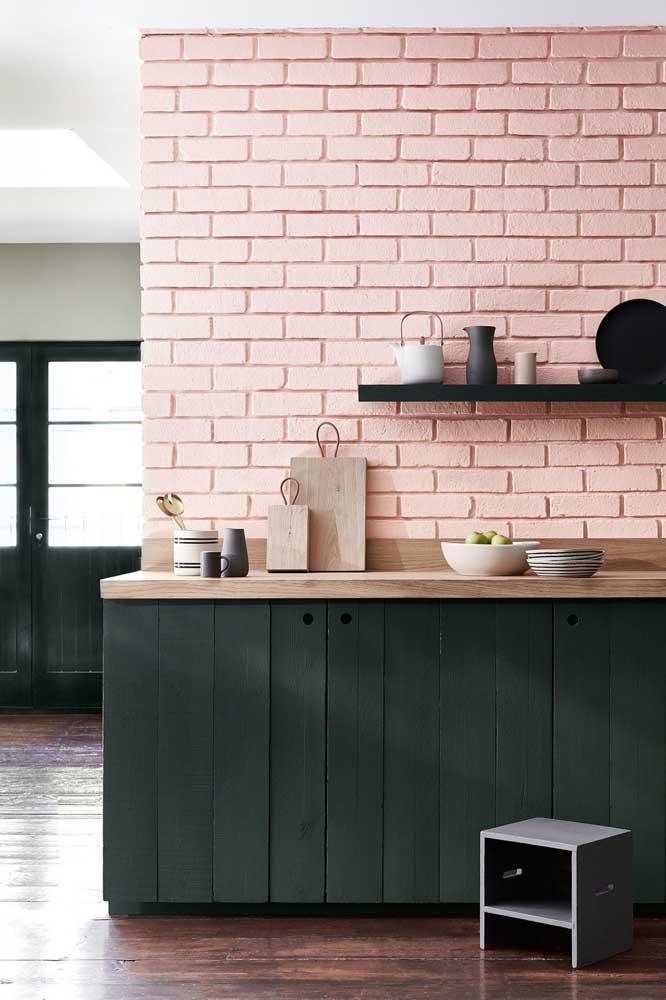 Uma proposta diferente e original para a parede de tijolinhos: a cor rosa usada no revestimento se harmoniza diretamente com o verde do armário