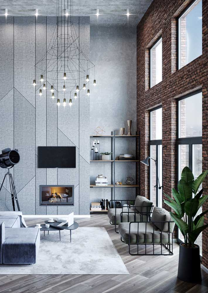 A casa de pé direito duplo ganhou uma parede inteira de tijolinhos à vista revelando uma decor ao estilo industrial, muito parecida com os lofts nova iorquinos