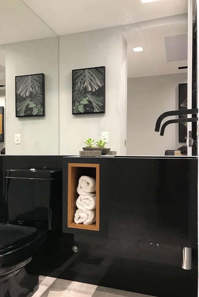 Granito Preto Absoluto revestindo a bancada e a parede do banheiro