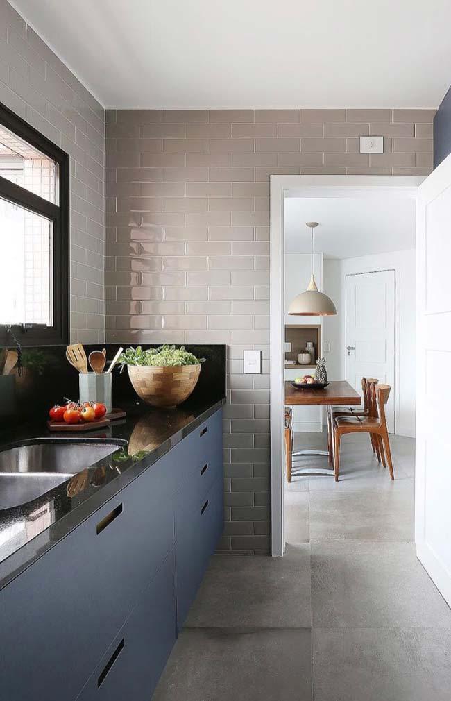 Granito Preto Absoluto em contraste harmonioso com o armário azul