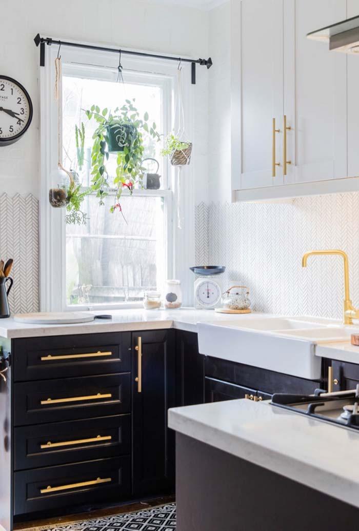 Cozinha preta e branca com detalhes luxuosos