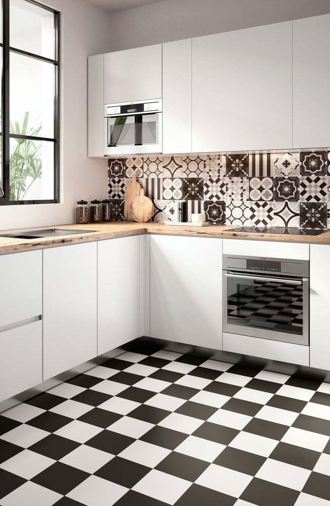 Cozinha preta e branca com piso xadrez