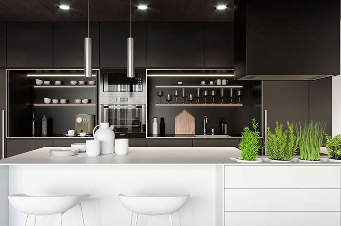 Cozinha preta e branca com estilo e bom gosto