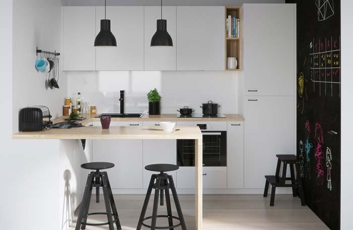 Cozinha branca e preta descontraída
