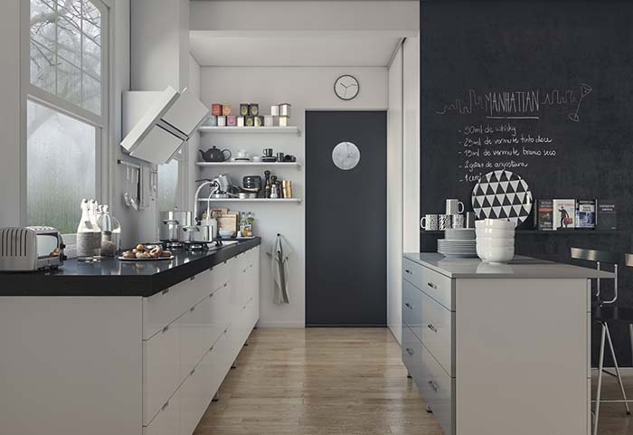 Prateleiras para compor a decoração da cozinha preta e branca