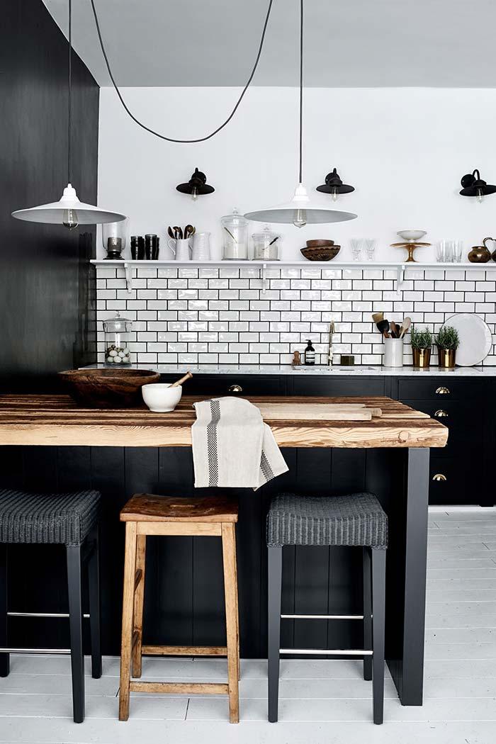Cozinha preta e branca com detalhes rústicos