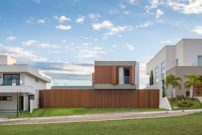 Muro de madeira sustentando a casa