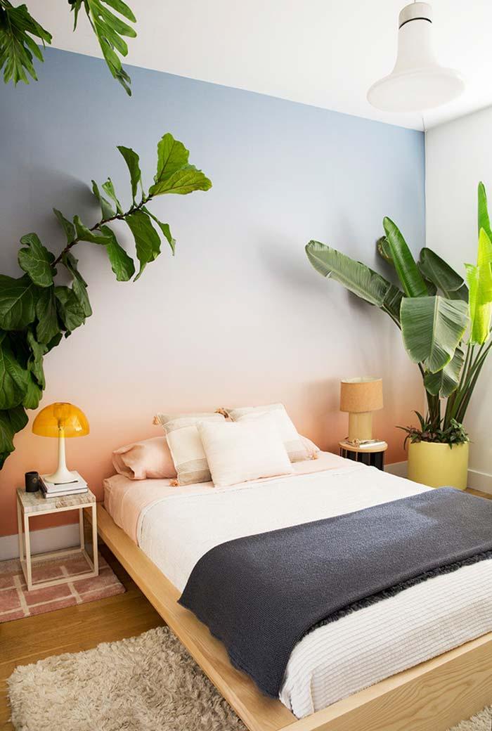 Cama japonesa num quarto com decoração super tropical