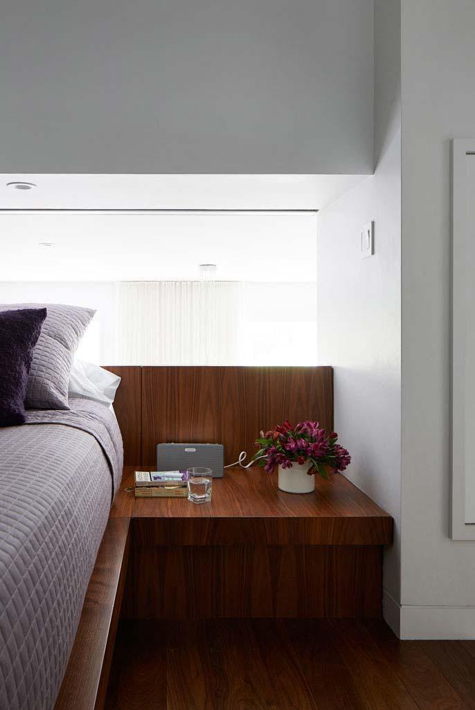 Plataforma planejada da cama para servir como um criado-mudo