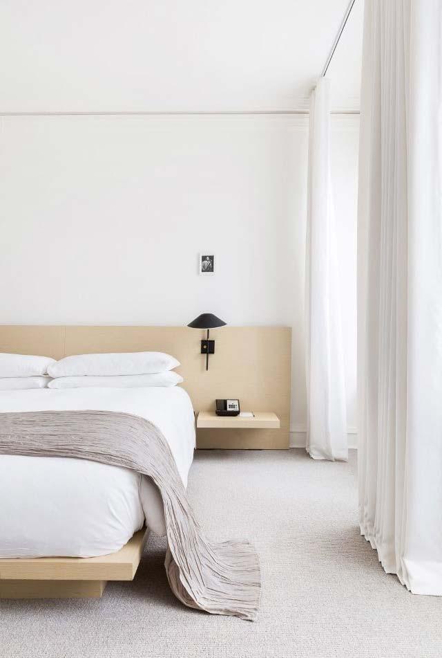 Num estilo clean, cama no estilo japonês com plataforma integrada