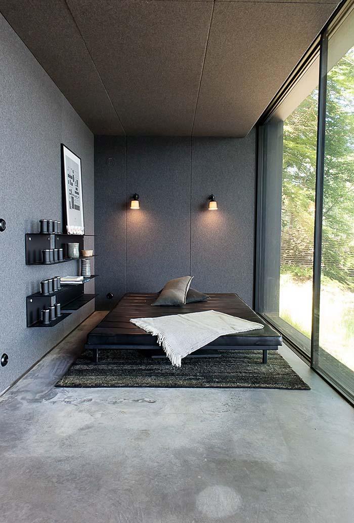 Cama baixa com colchão de couro preto