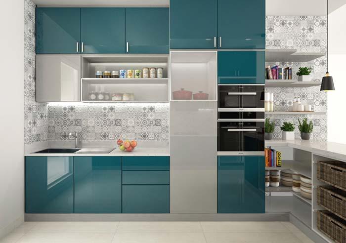 Cozinha com nichos e prateleiras