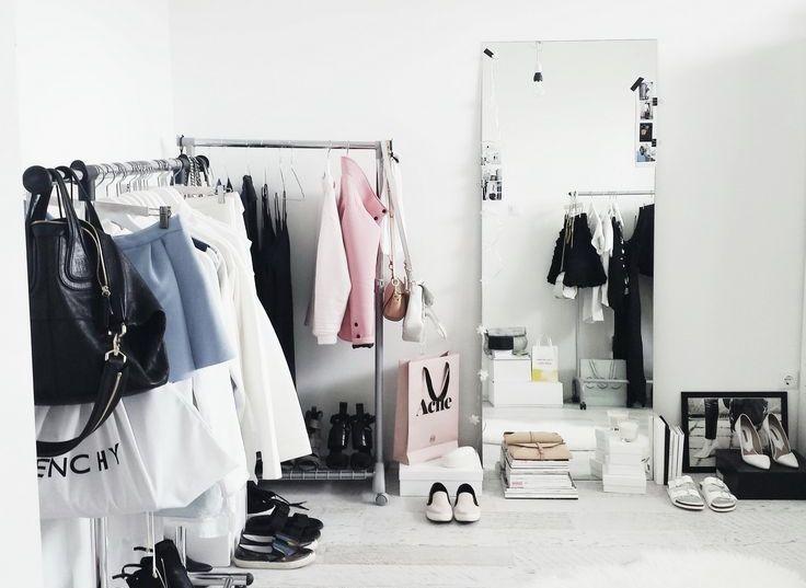 Opção para acomodar os sapatos no closet: deixe-os embaixo das roupas