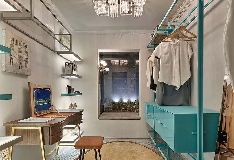 Closet estiloso com aramado azul turquesa