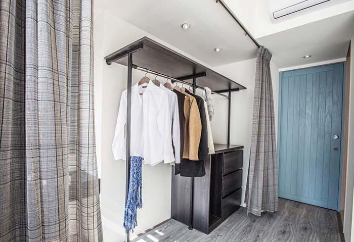 Ideia simples para um closet: aramado e cortina