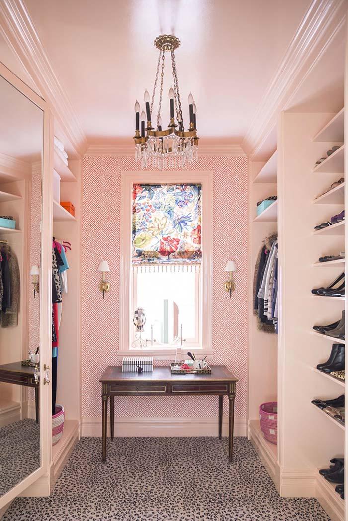 Closet cor-de-rosa com detalhes pra lá de luxuosos