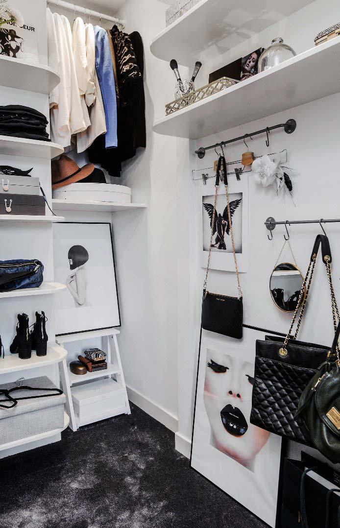 Closet feminino com ganchos e suportes