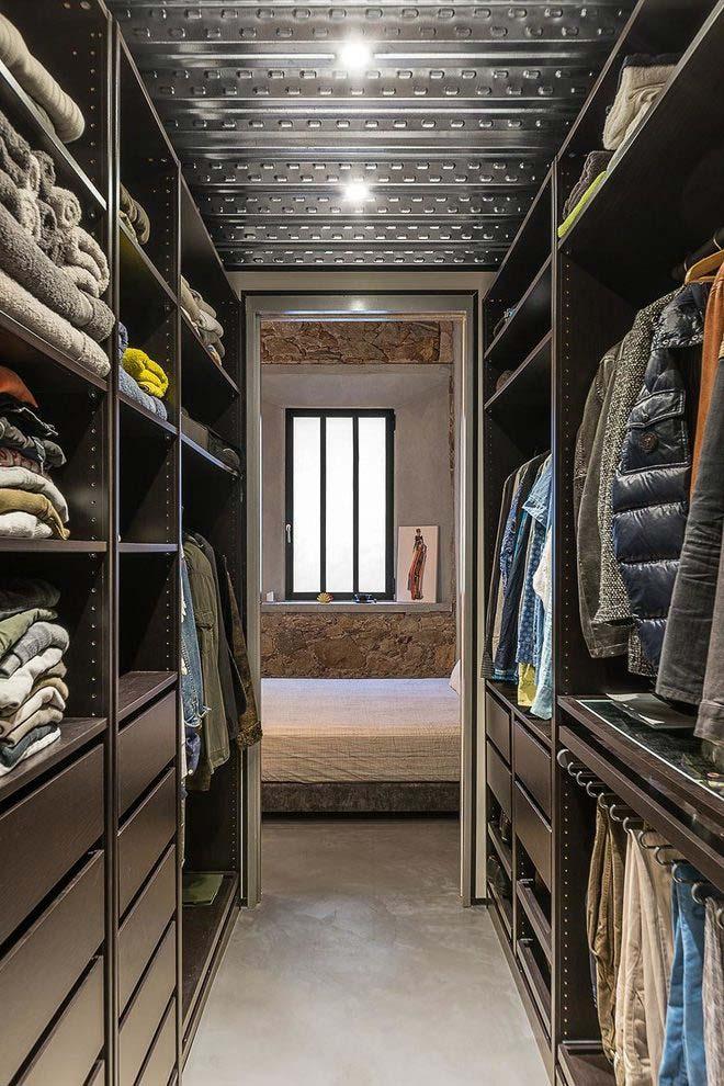Closet masculino em formato de corredor