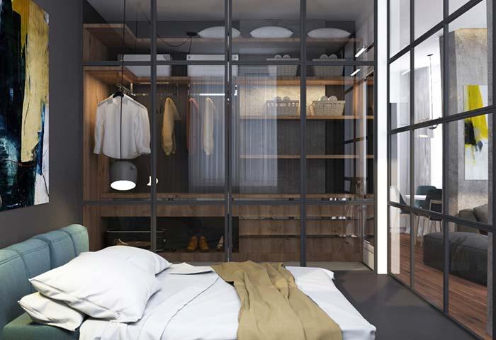 Porta de vidro deixa o closet à mostra para o quarto