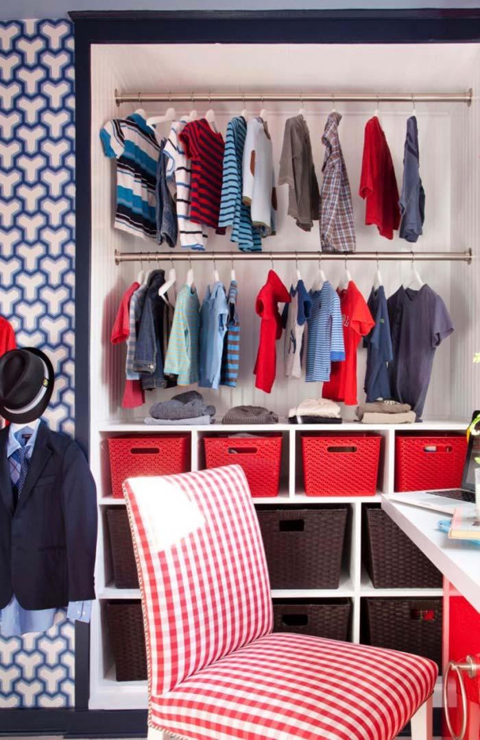 Nesse closet de menino, o vermelho contrasta com o azul